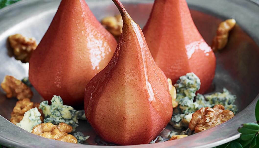 Glöggkokta päron med stiltonost och valnötter.