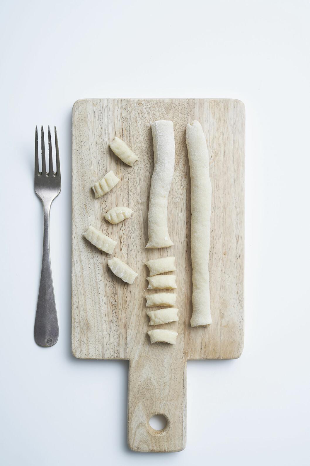 Gnocchi med skogschampinjoner, rödlök och hasselnötter, steg 2