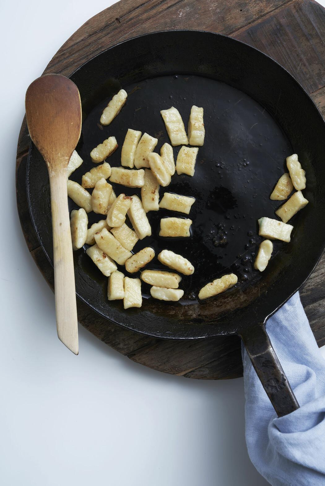 Gnocchi med skogschampinjoner, rödlök och hasselnötter, steg 4
