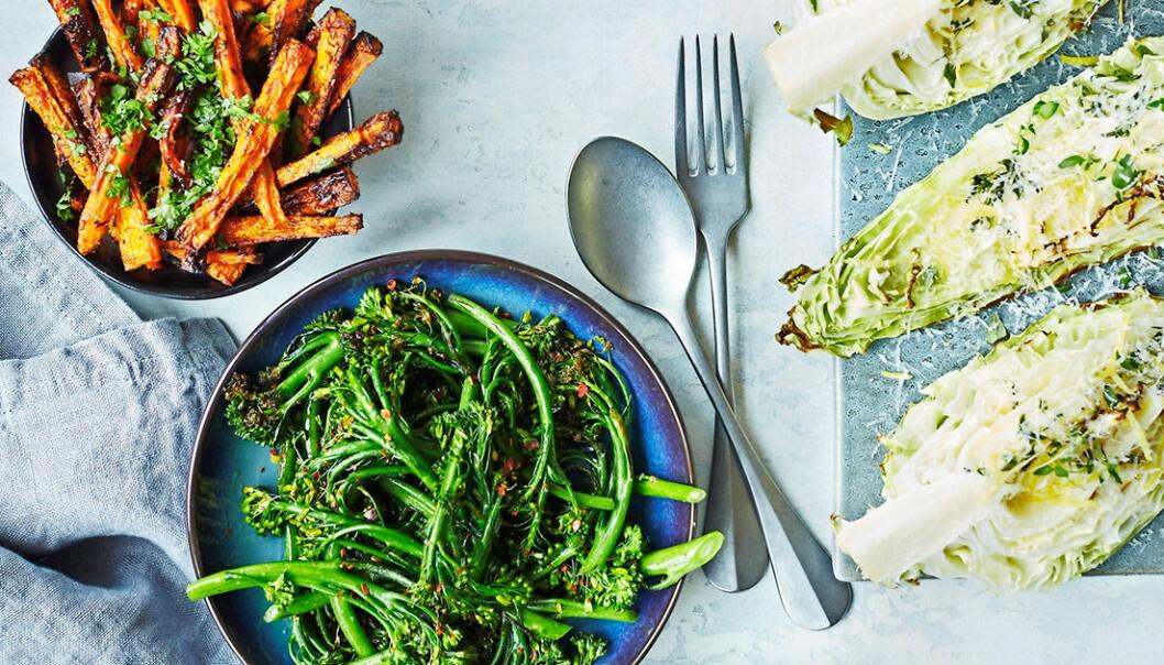 Parmesanpanerade sötpotatis pommes, råstekt sparrisbroccoli med chili och smörstekt spetskål.