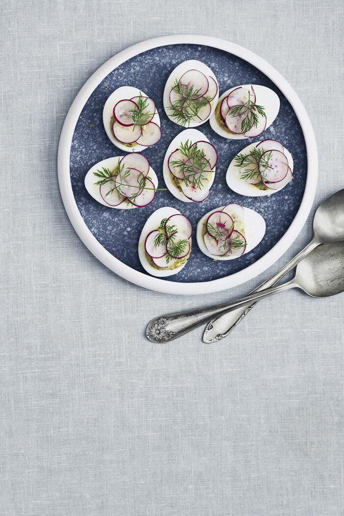Gör fyllda ägg med rädisor