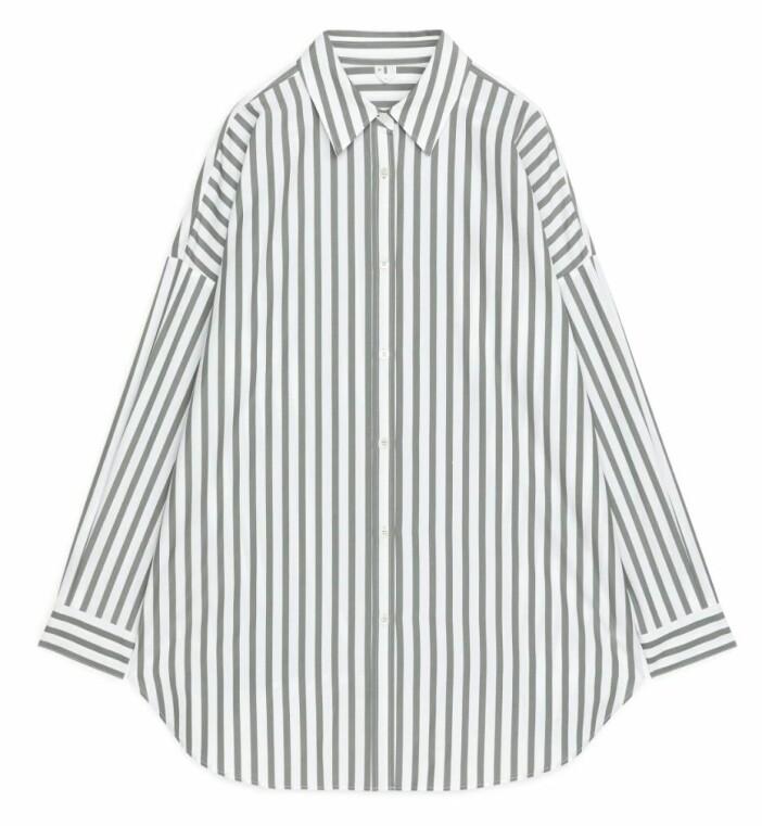 Grå/vit randig skjorta från Arket.
