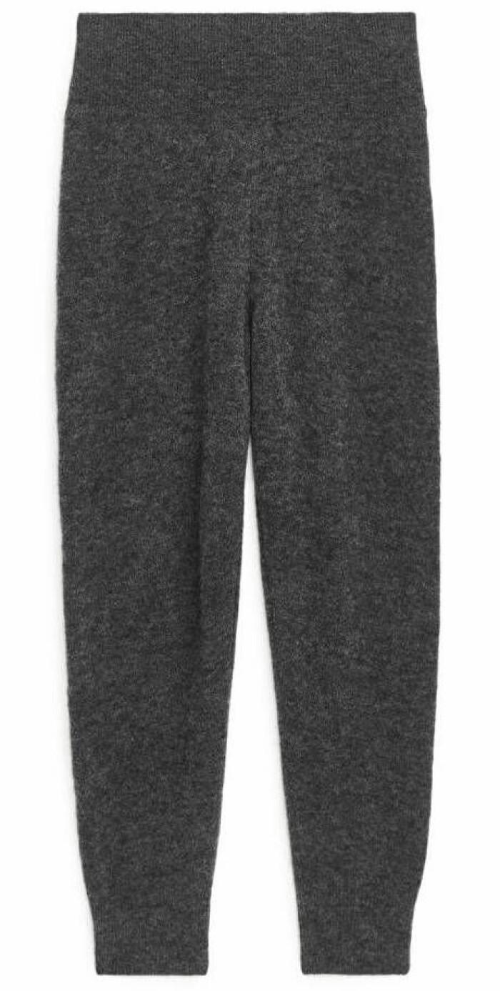 grå byxor från arket.