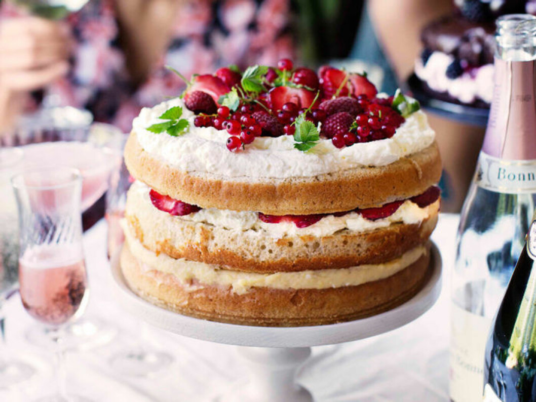 Gräddtårta med sommarbär. Foto: Ulrika Ekblom