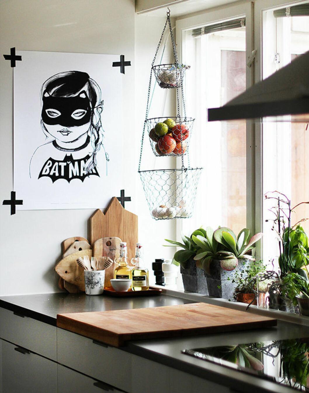 Grafisk konst i form av Batman-teckning hängandes på väggen i köket