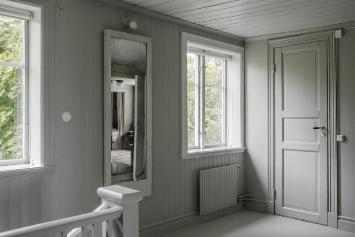 gråmålad väggpanel