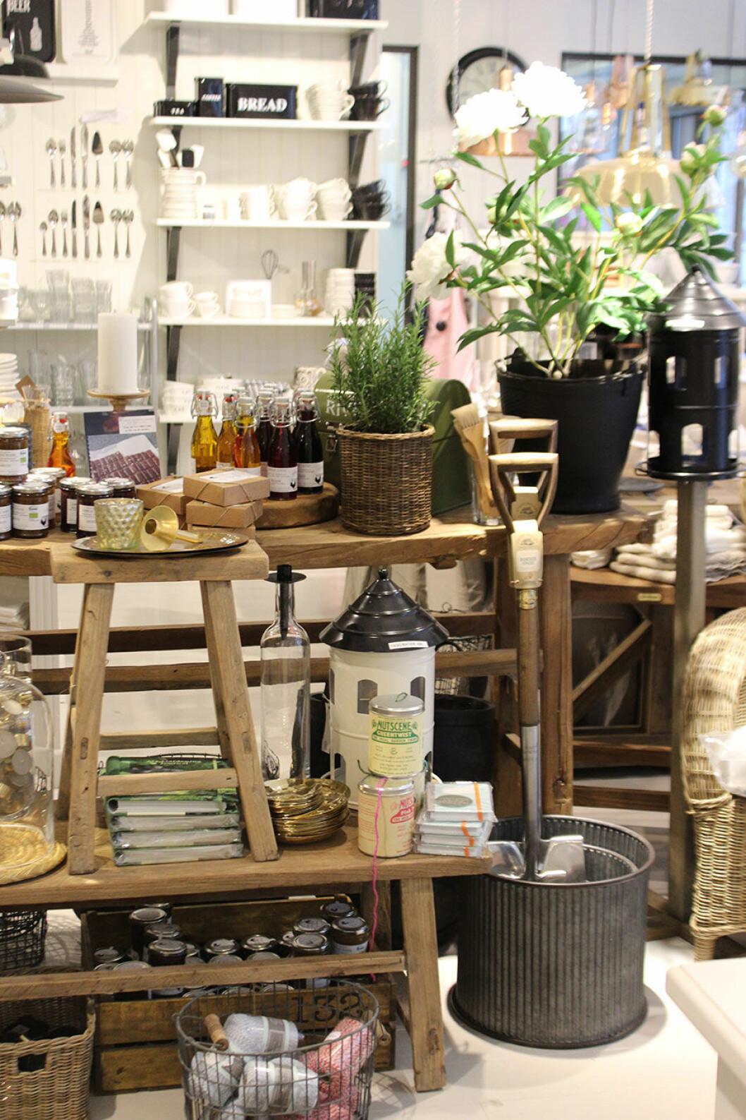 Saker för hem och trädgård står uppradat på ett rustikt träbord i butiken Grandmas.