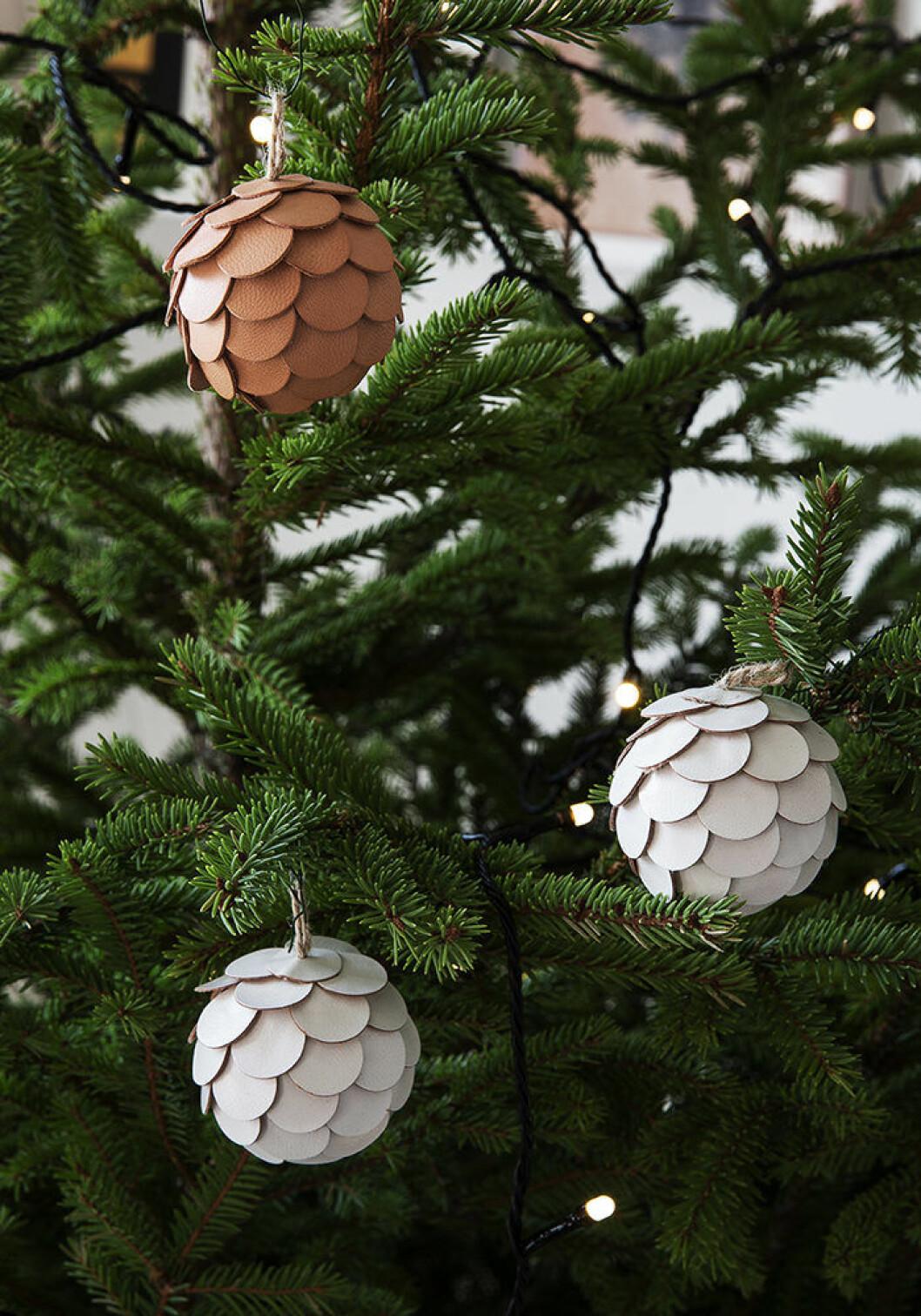 Julgranskulor i läder från Granit