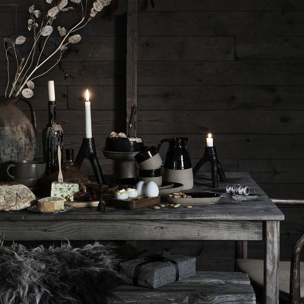 Mörka färger och kontrasterande svart hos Granit i jul