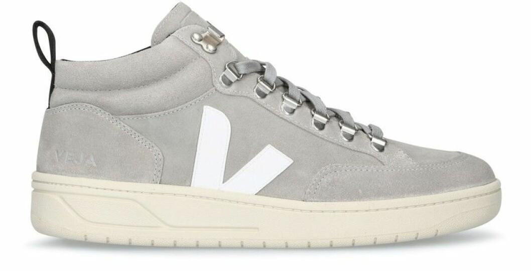Grå sneakers med detalj i vitt från Veja.