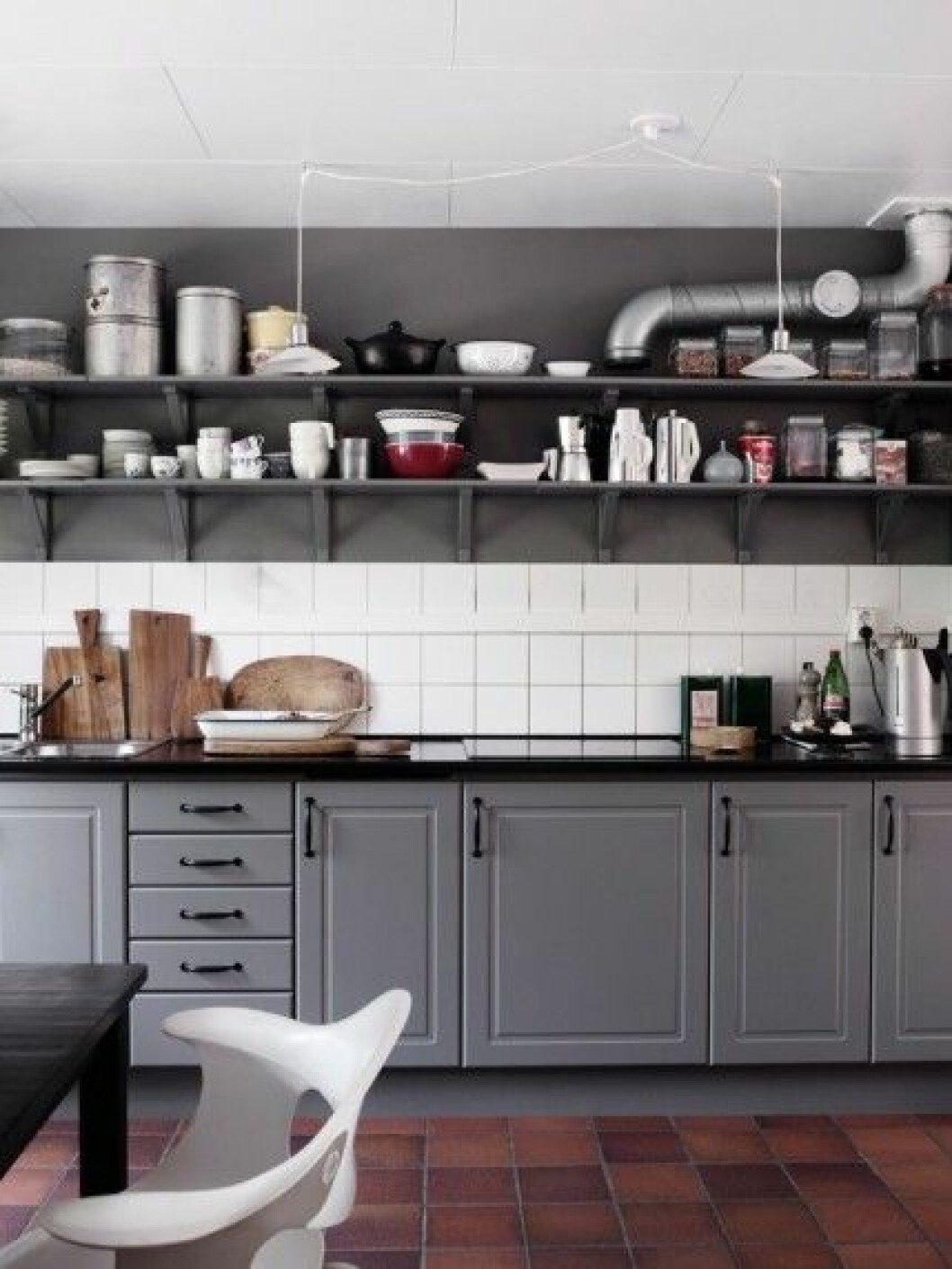 grått-kök-öppna-hyllor-vitt-kakel-foto-anna-kern