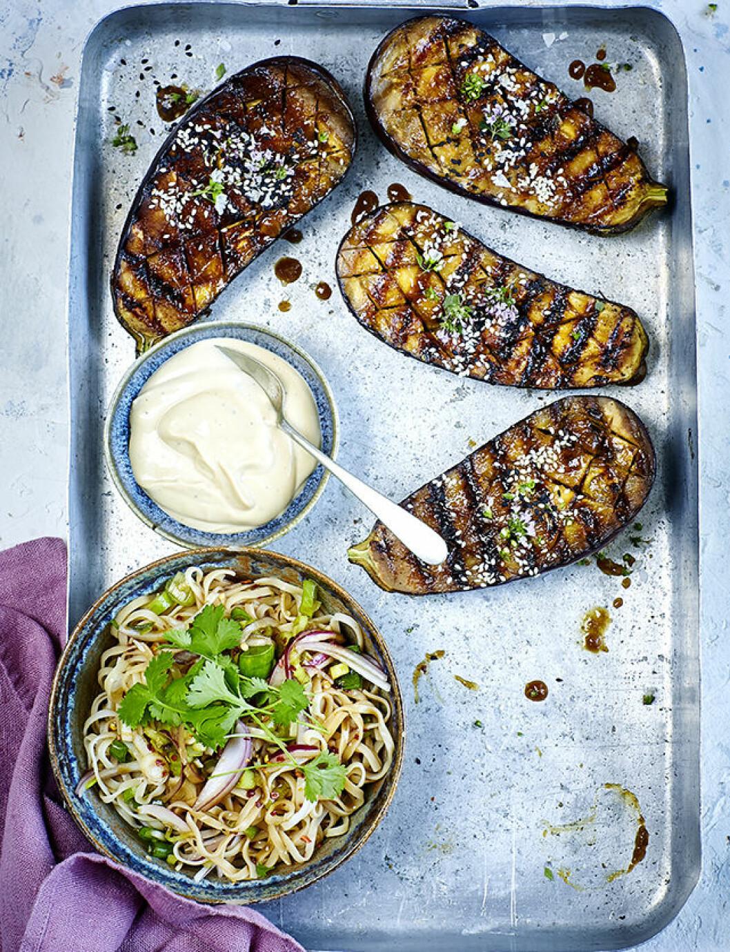 Recept, grillad aubergine med nudelsallad.