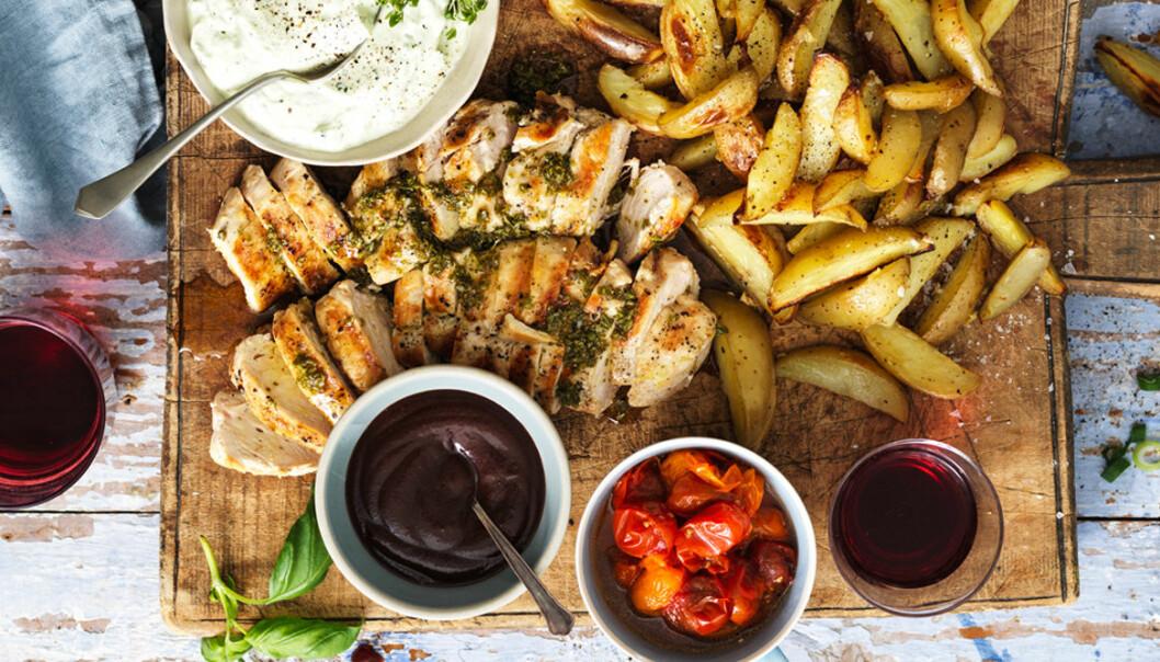 Recept på grillad kycklingfilé med picklade tomater och örtsås