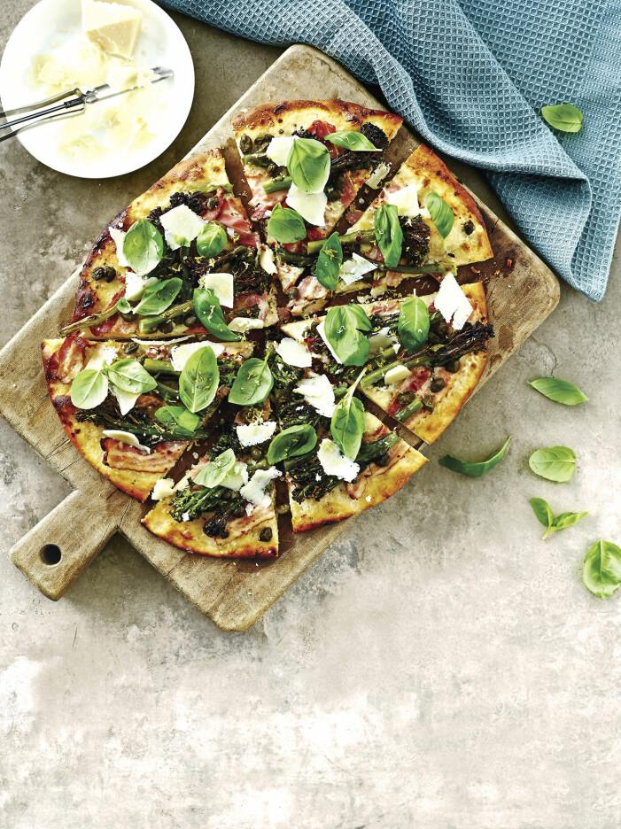 Servera grillad pizza med bacon, chili och sparrisbroccoli