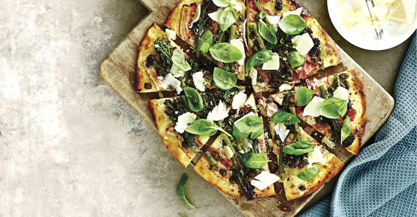 Recept på grillad pizza med bacon, chili och sparrisbroccoli
