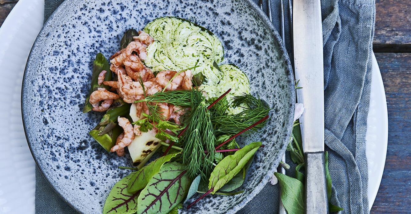 Recept på grillad sparris med räkor och syrad grädde