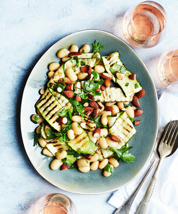 Recept på grillad zucchini med bönor och salta mandlar