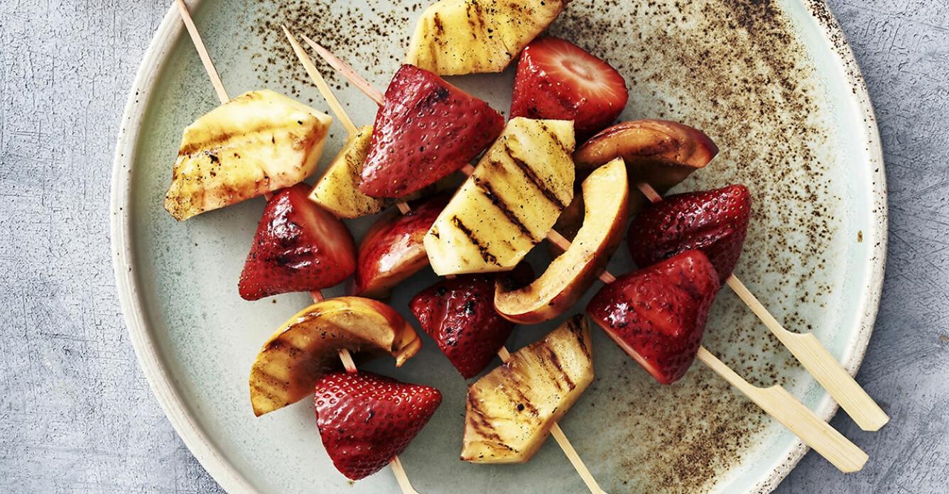 Grilla fruktspett med lönnsirap – så gör du