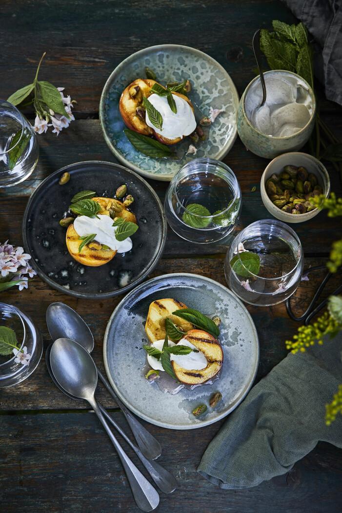 Bjud på grillade persikor med myntasirap och vaniljgrädde
