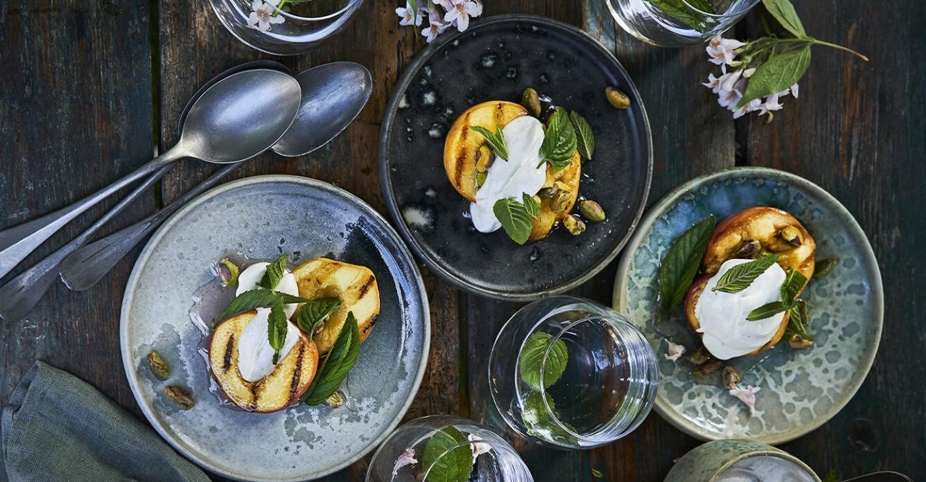 Recept på grillade persikor med myntasirap och vaniljgrädde