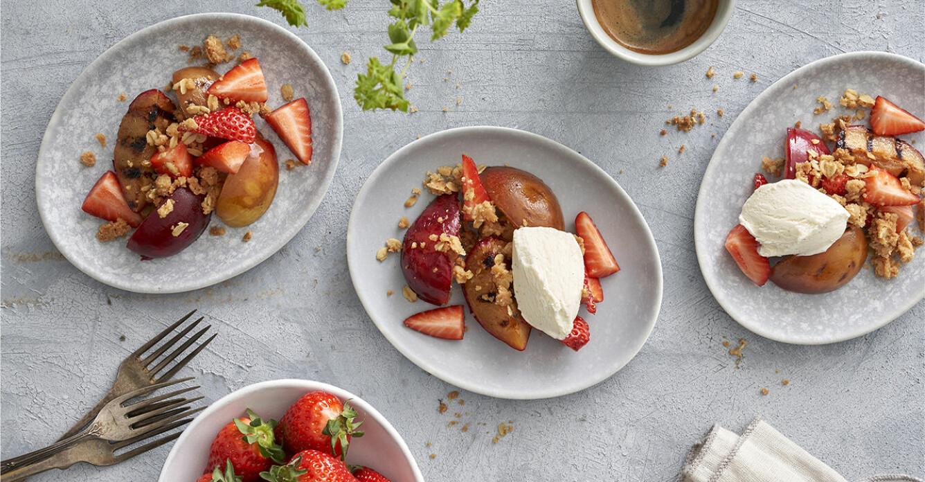 Recept på grillade plommon med jordgubbar och havrefras