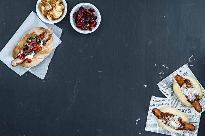 Lammkorv med feta, tomat och oliver och chorizo med het tomat- och bönsalsa