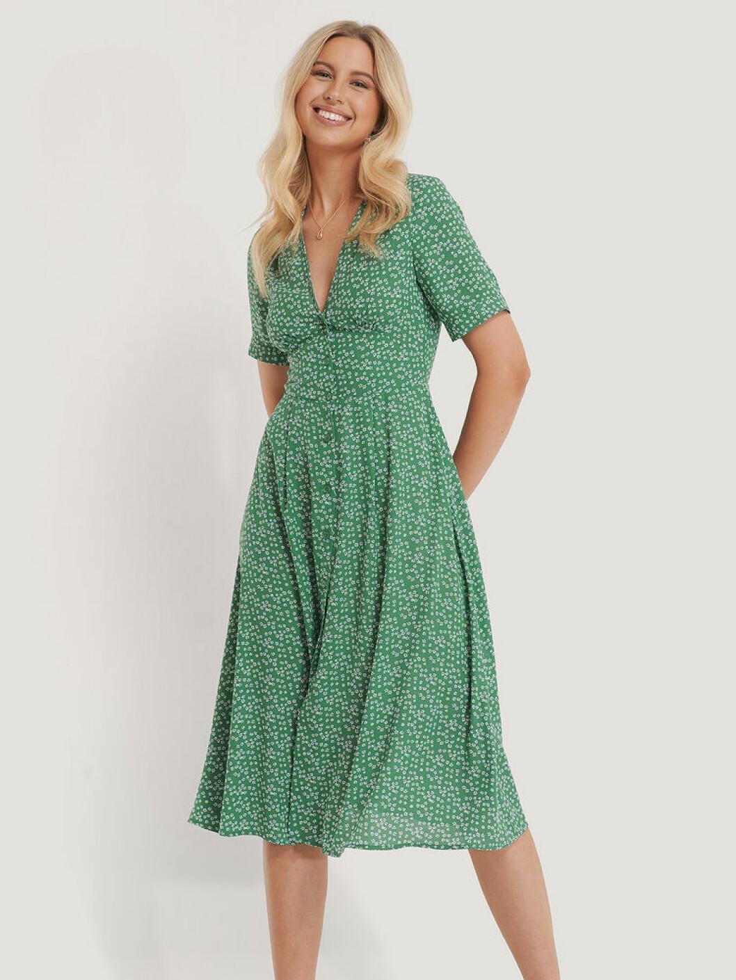 Grön klänning med blommigt mönster från NA-KD