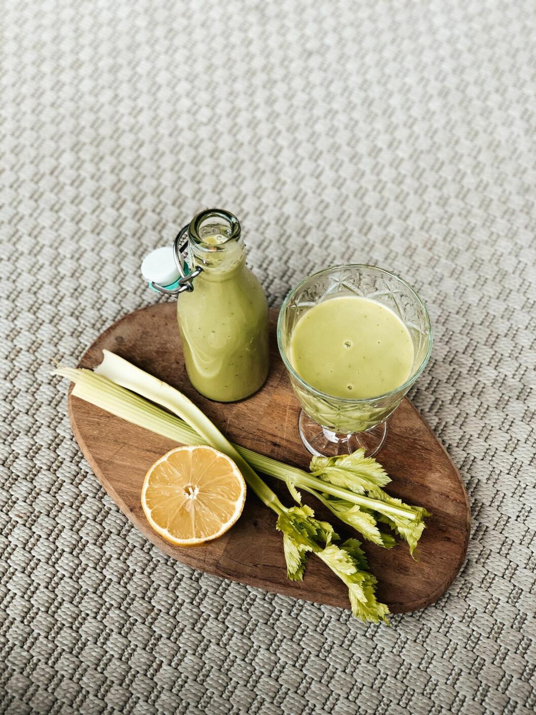 Grön juice med selleri, avokado och citron