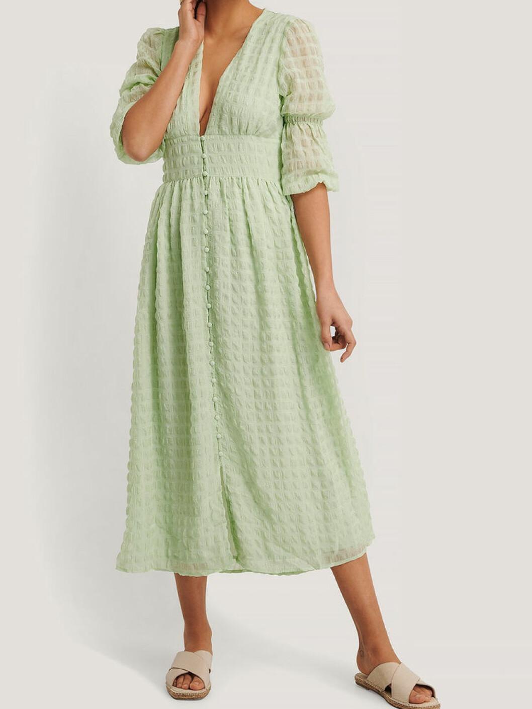 Ljusgrön klänning med puffärm från NAKD