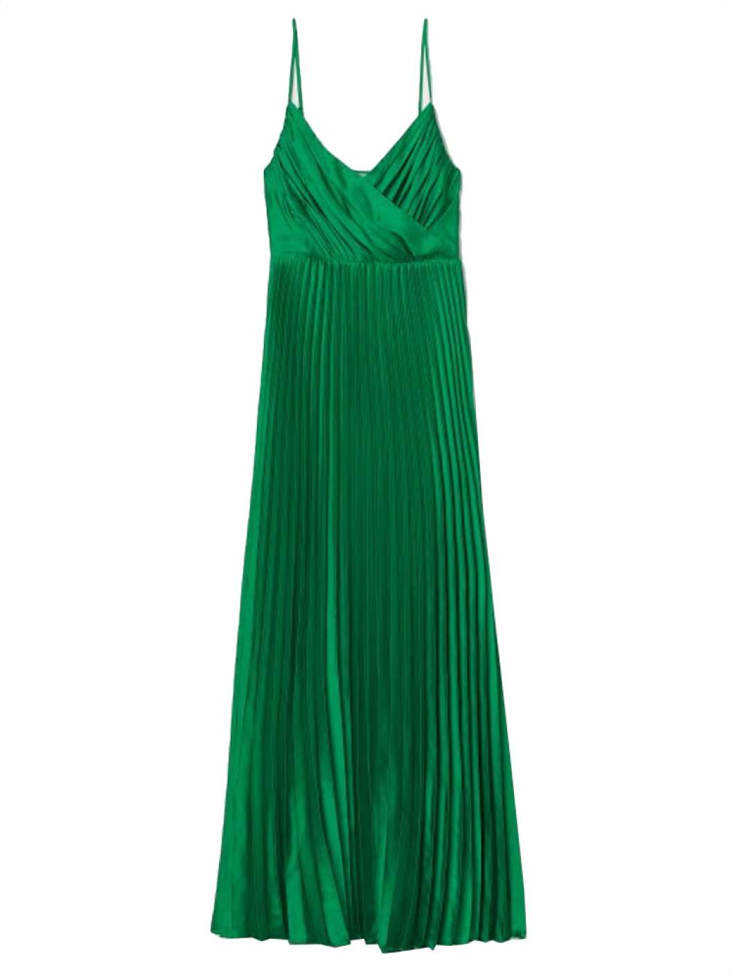 Grön klänning i plisserat material