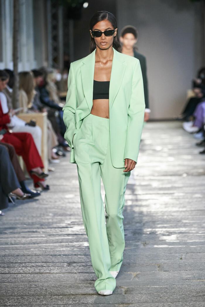 grön kostym Boss SS21.