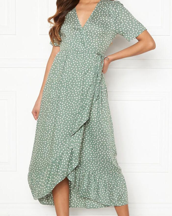 grön prickig omlottklänning