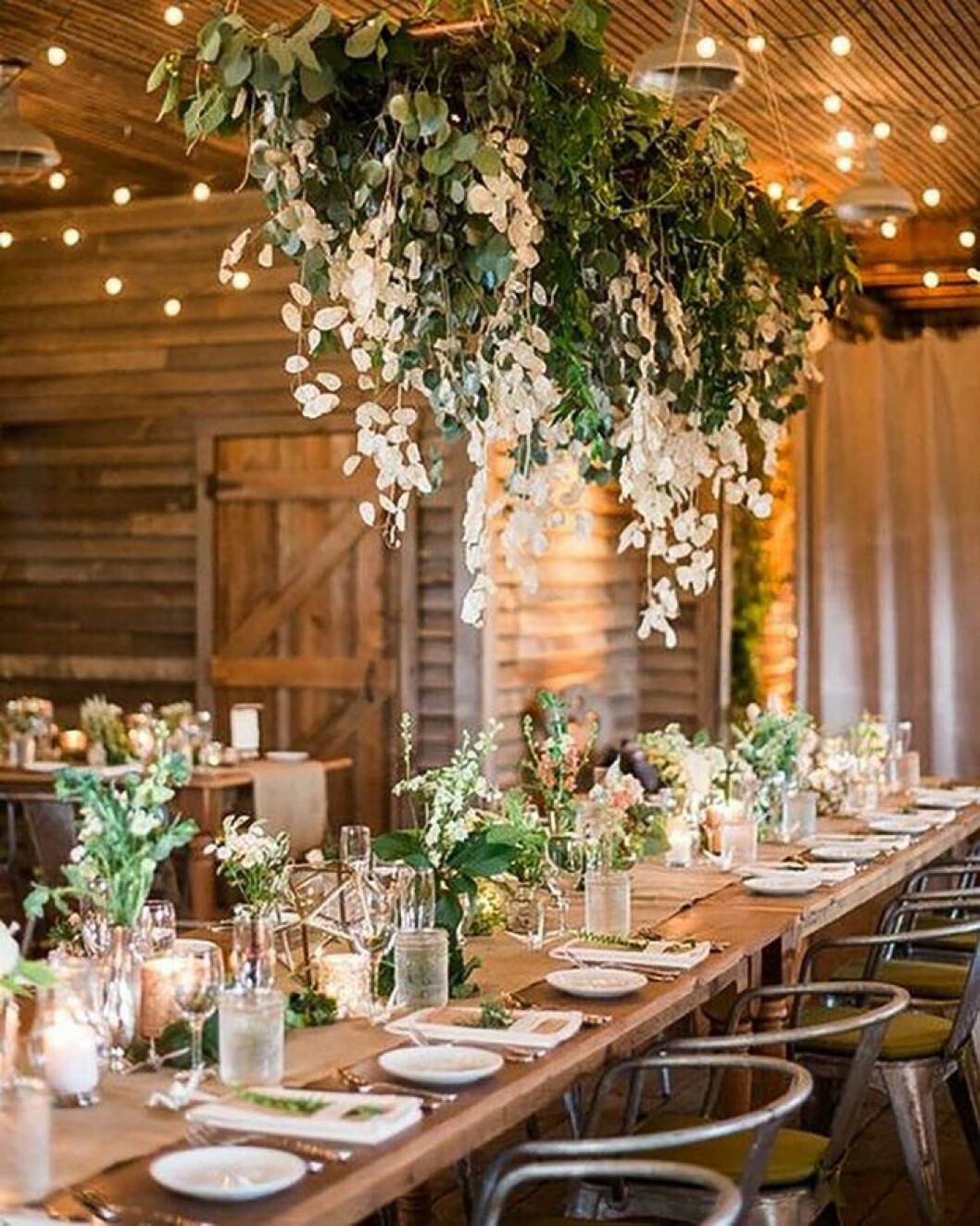 Gröna blomsterdekorationer på bröllop