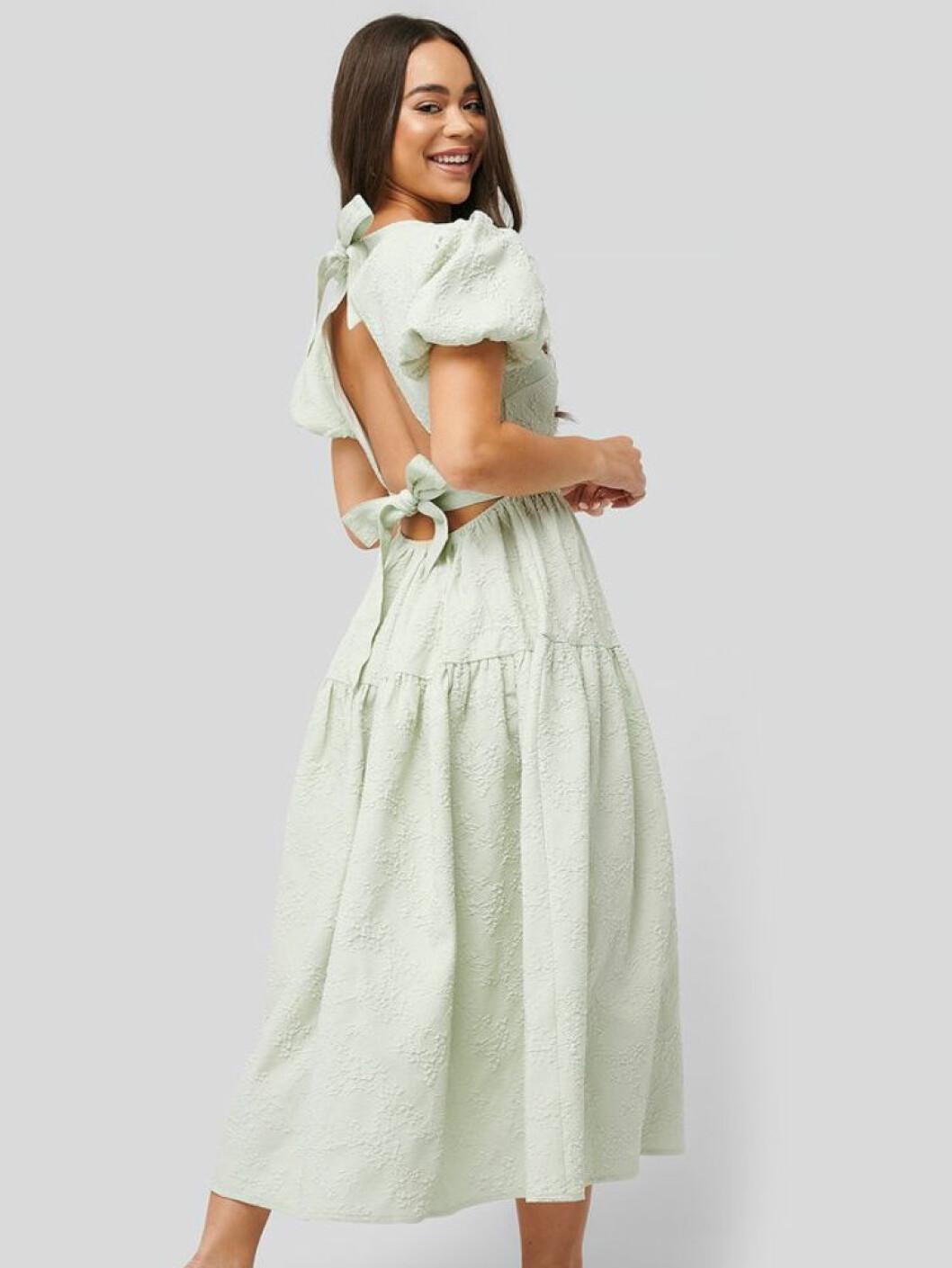 Grön klänning med öppen rygg