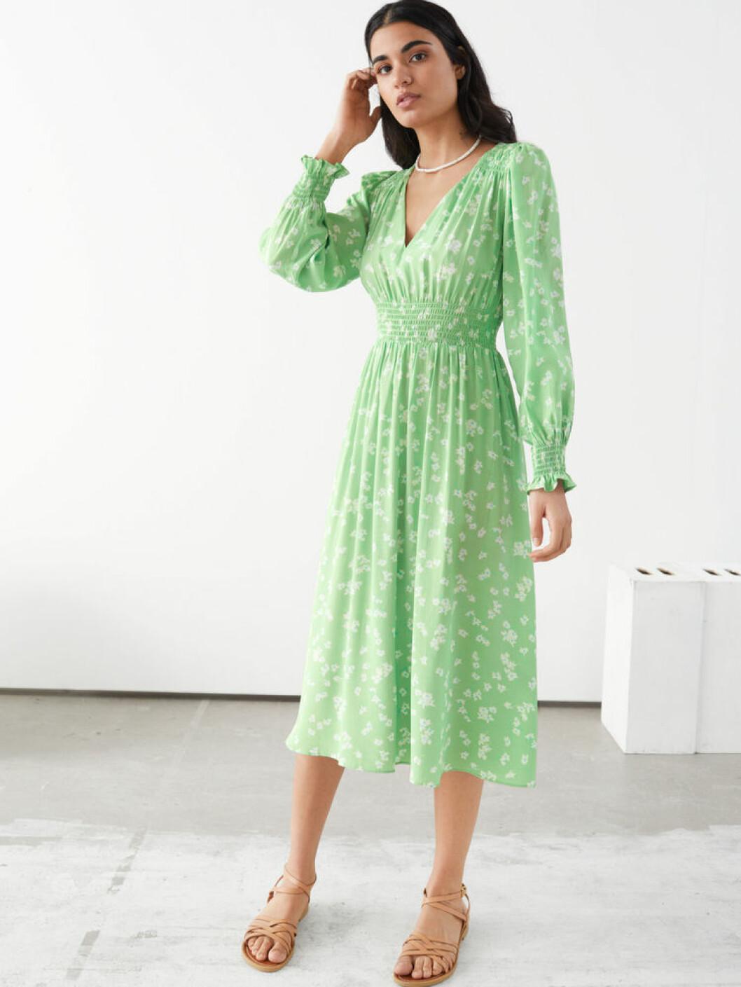 Grön klänning med smockad midja från stories