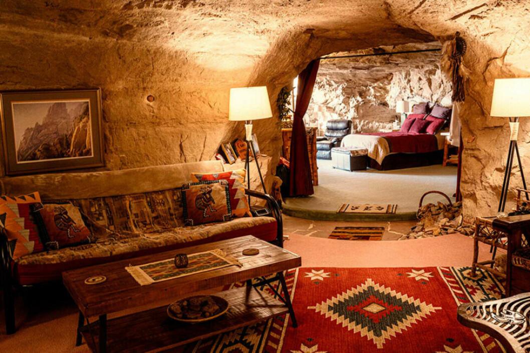 En grotta med soffa och säng och lampor i