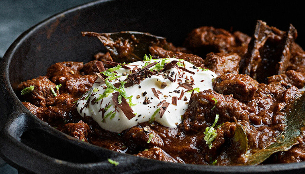 Långkokt chili på högrev med mörk choklad.