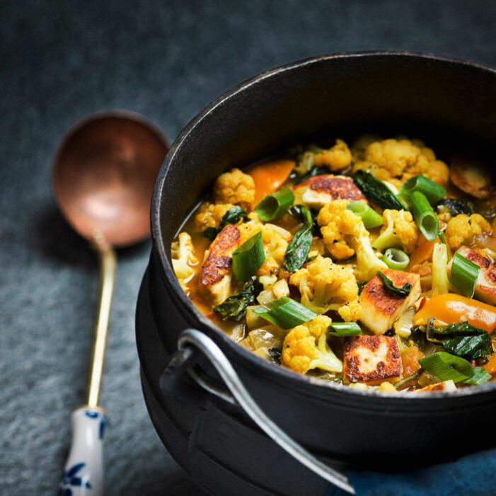 Recept på malaysisk grönsaksgryta med palak paneer eller halloumi