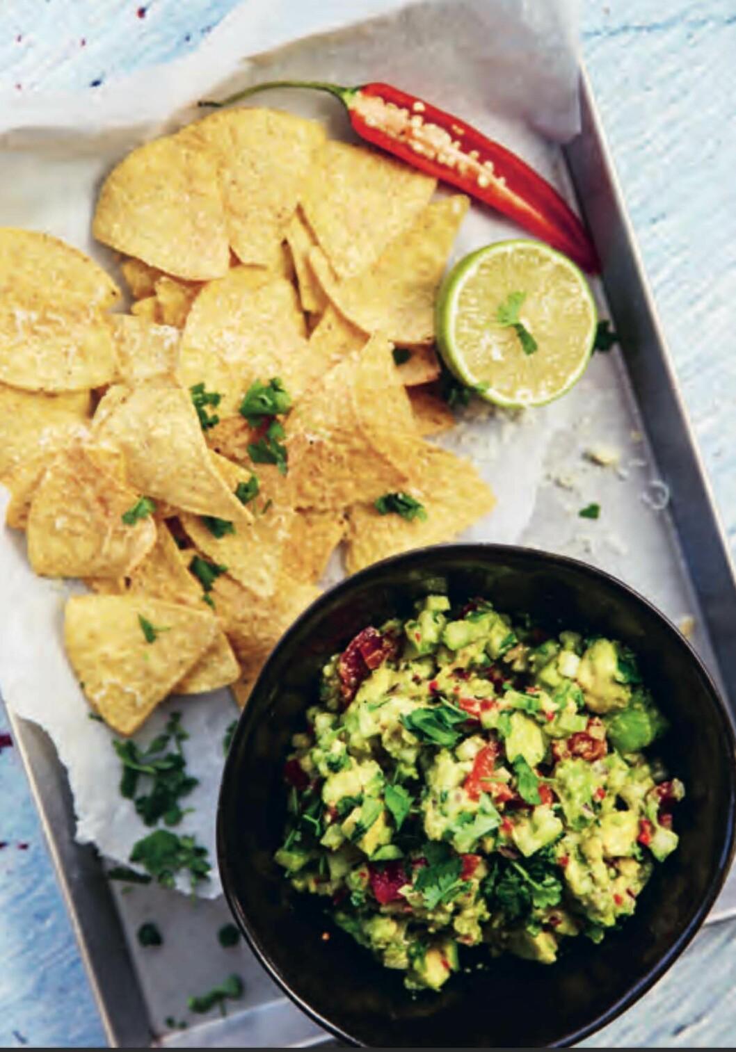 Recept på mexican chunky guacamole med gruyéregratinerade nachos.