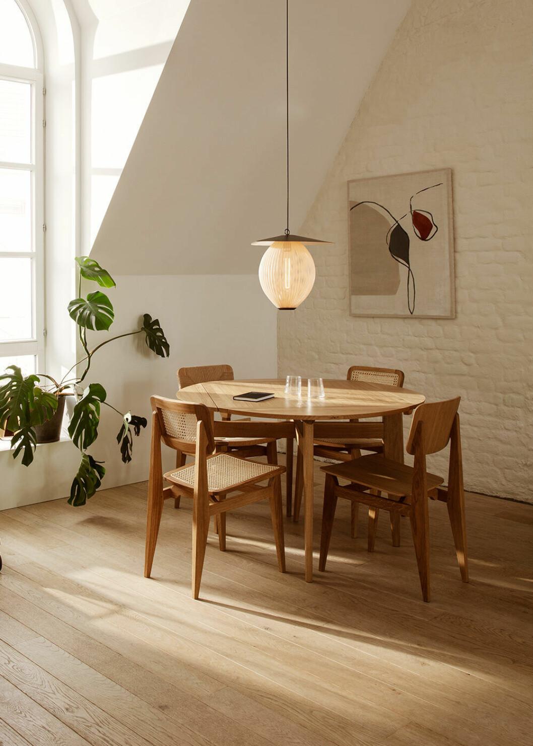 C-chair av Marcel Gascoin för Gubi