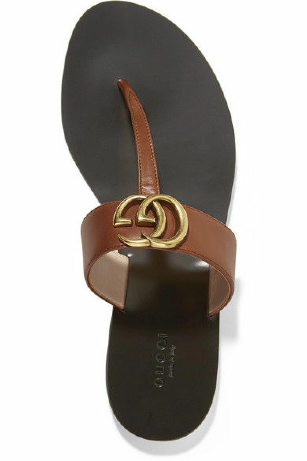 Stilfull flipflopsandal i brunt läder från Gucci.