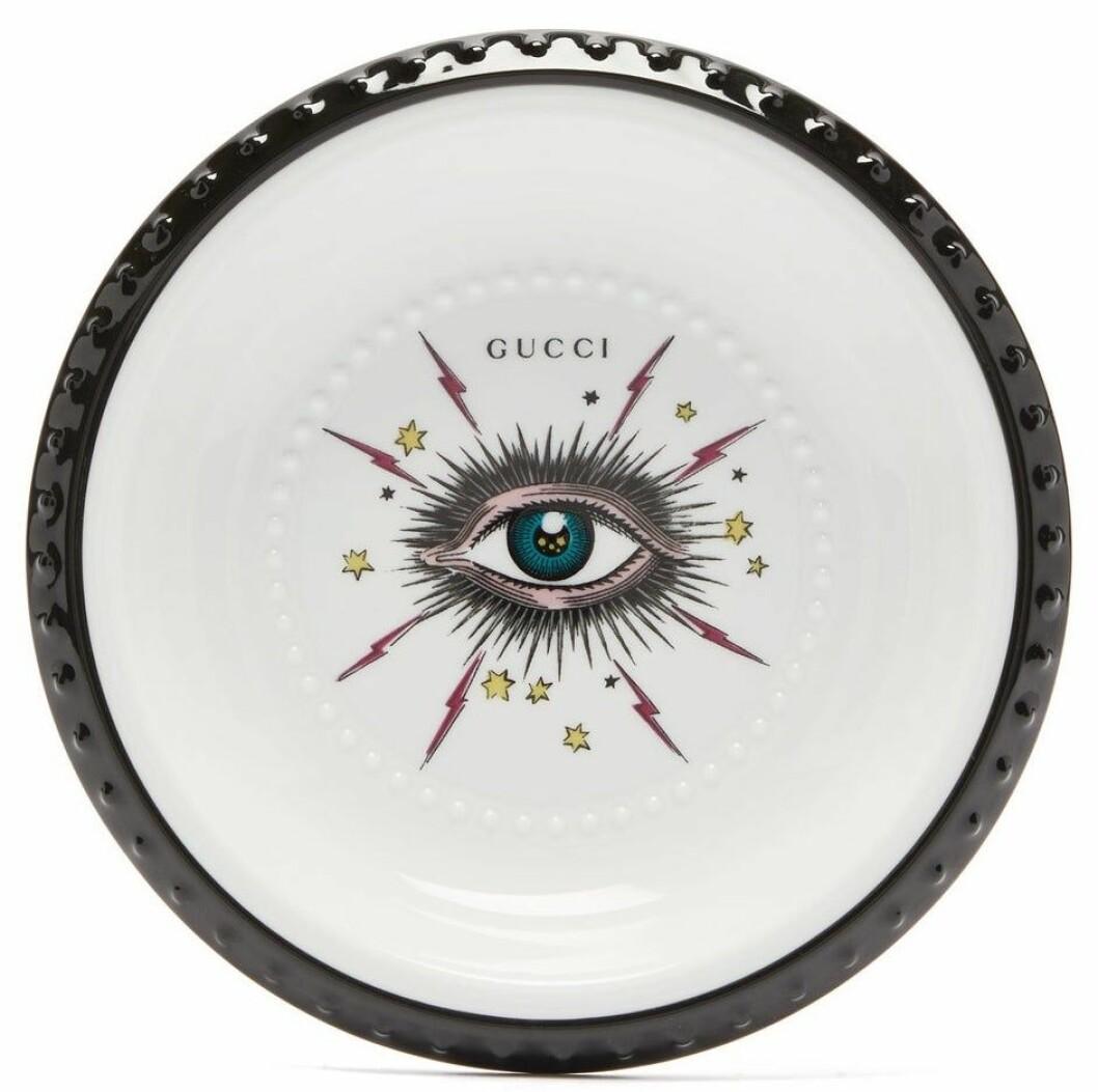 Missa inte brickorna hos Gucci! Som denna porslinsbricka i svartvitt med dekorativt och trendigt motiv