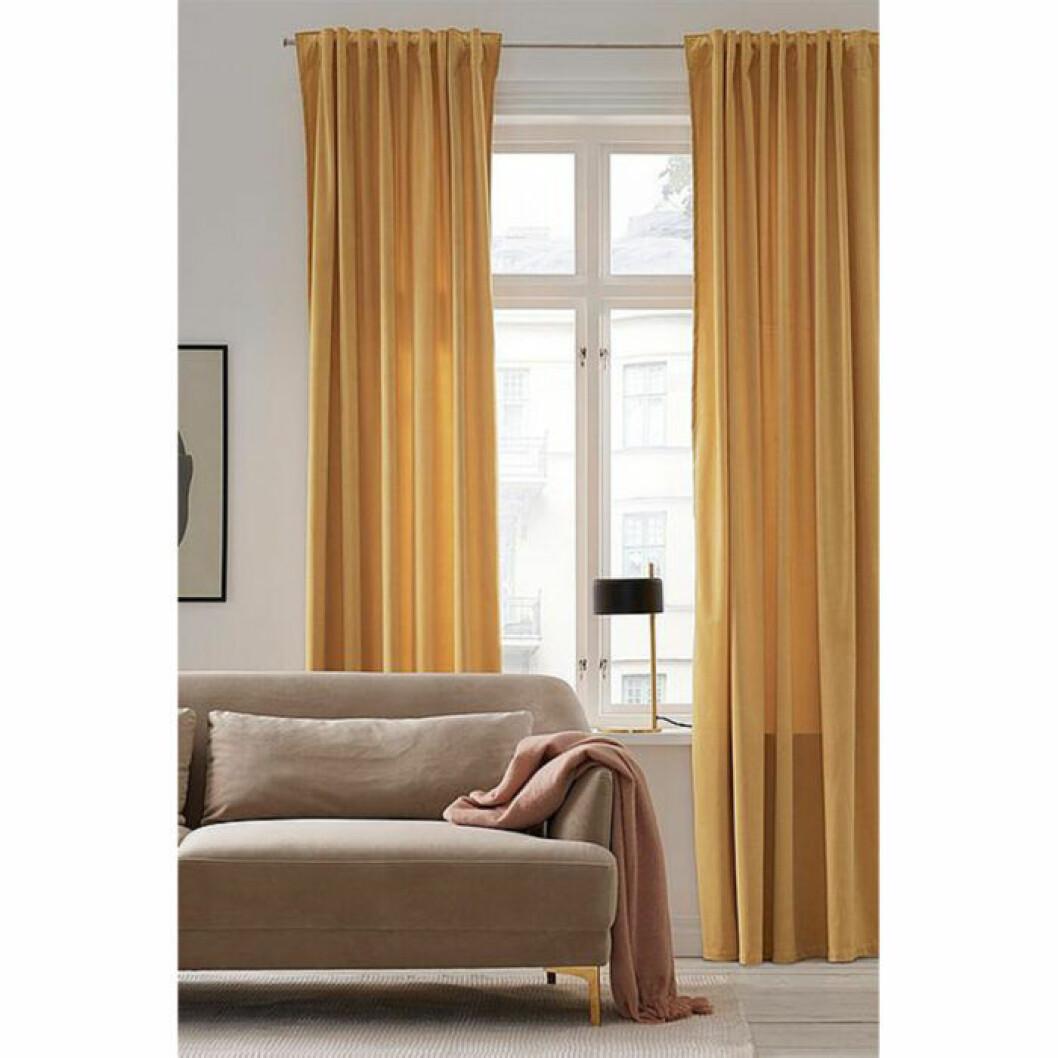 Gula och färgglada gardiner