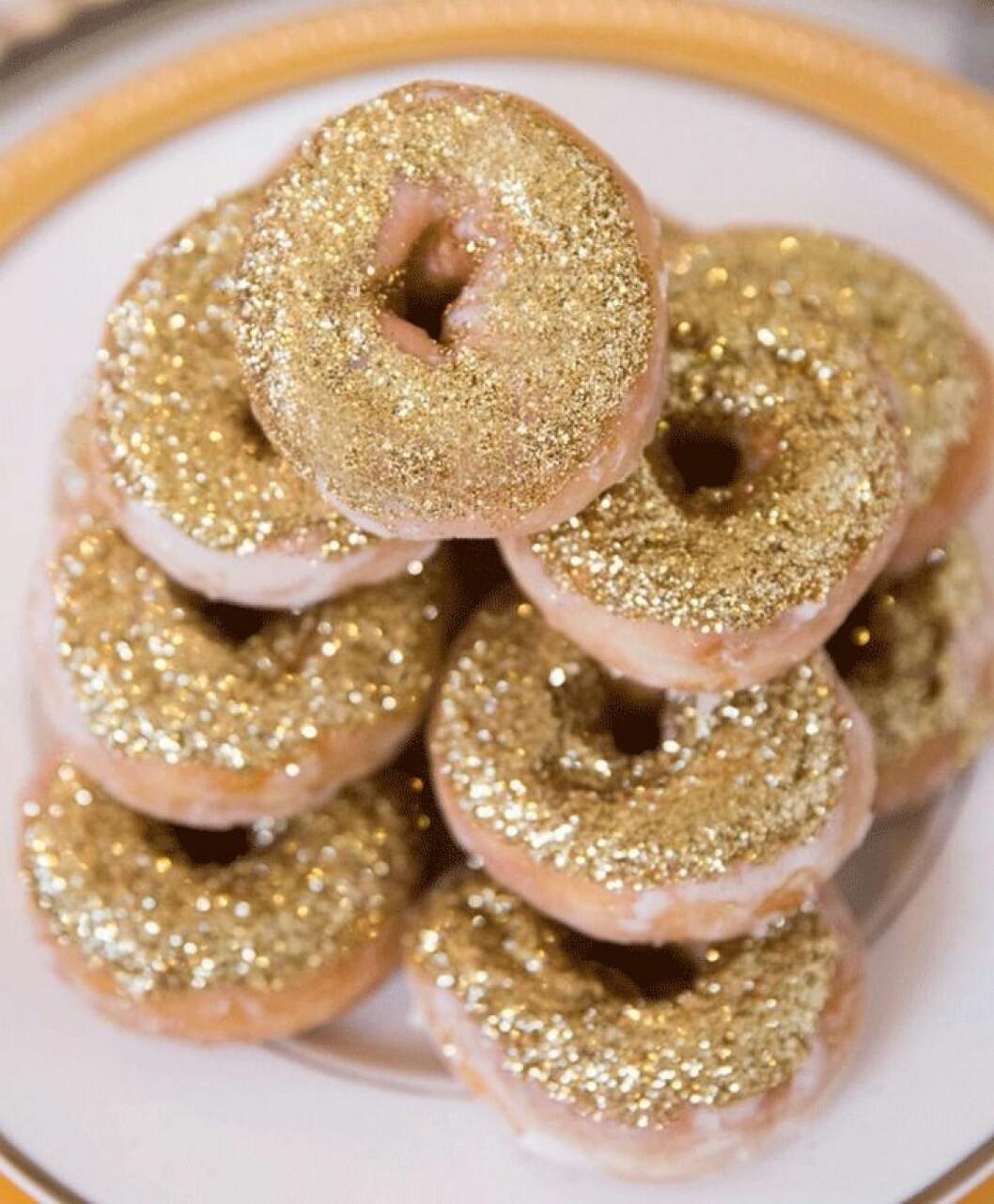 Donuts med guldglitter.