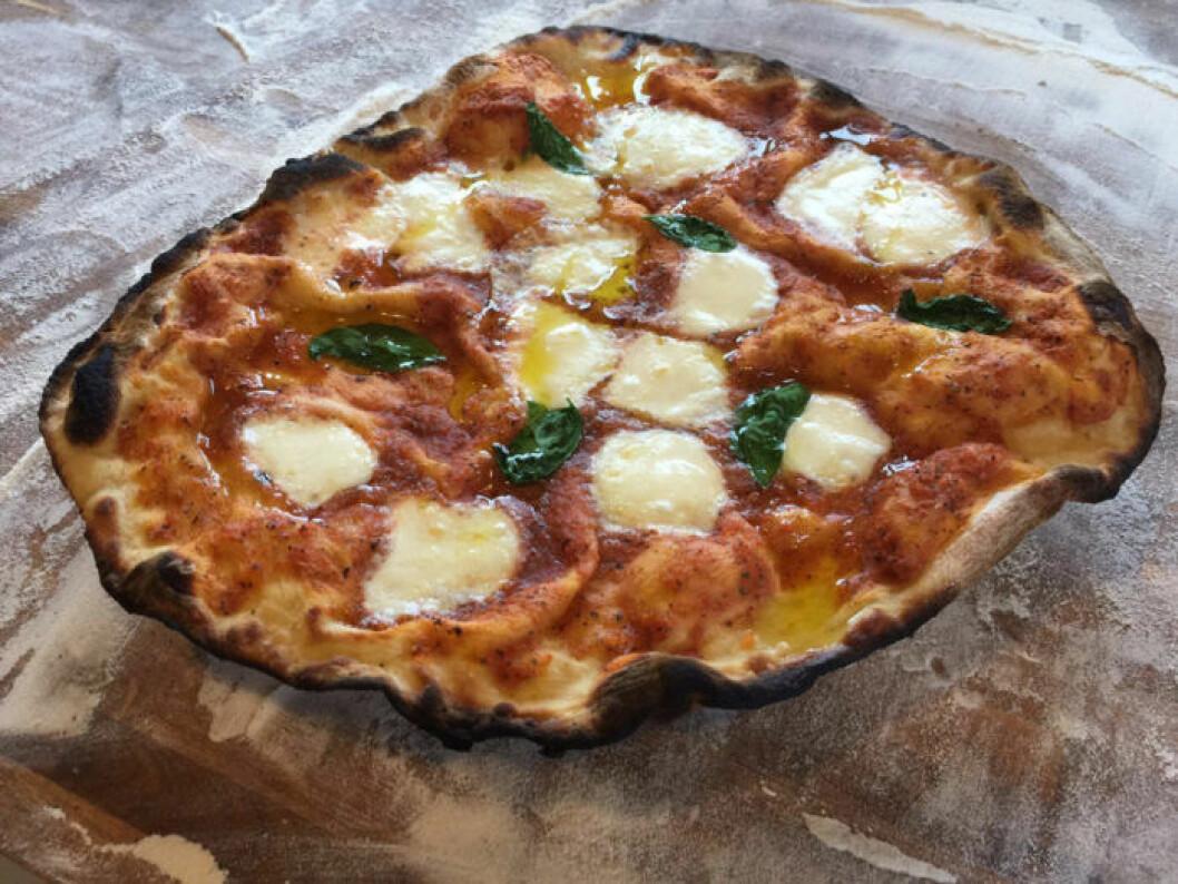 Surdegspizza med buffelmozzarella från Enskedeparkens bageri.