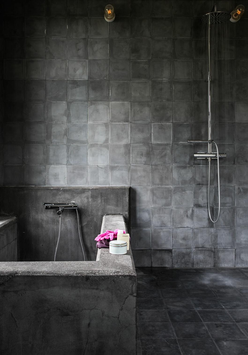 Badrummet i industrioch betong.