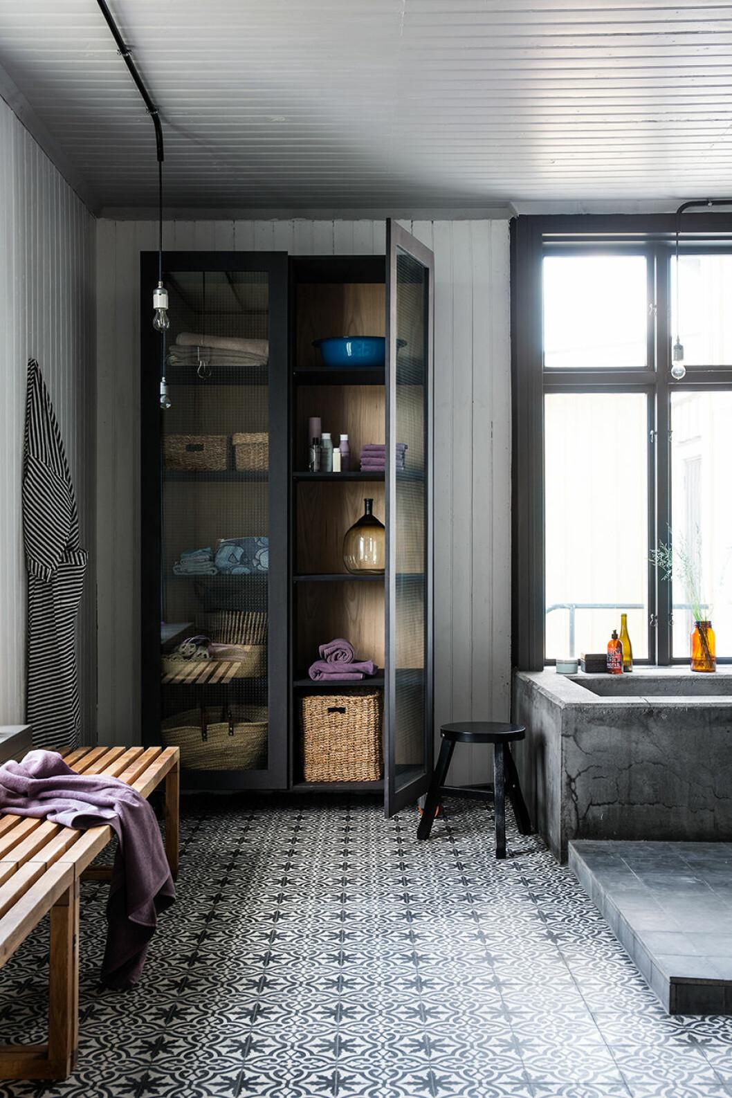 Badrum med mönstrat golv.