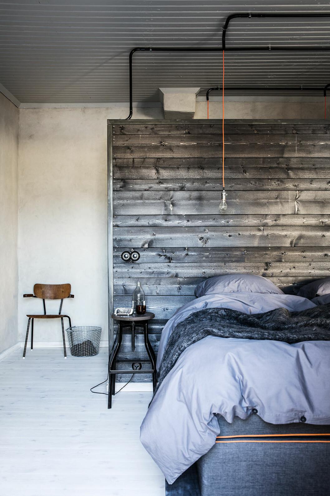 Sovrum med grå trävägg