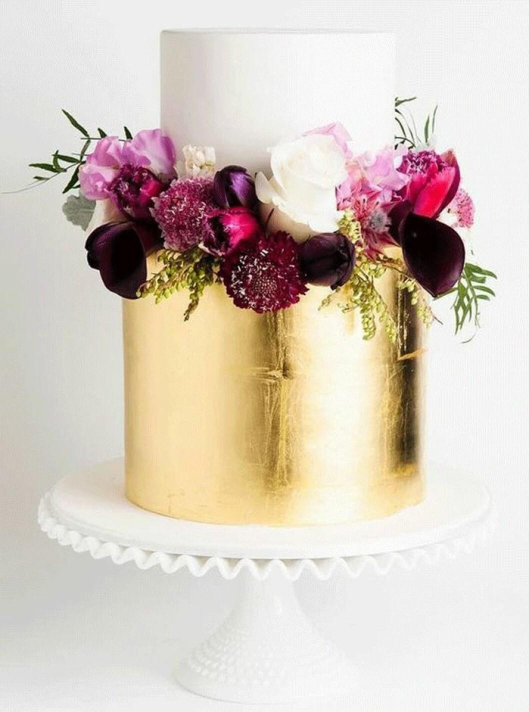 Stilrent med guldblad och blommor.
