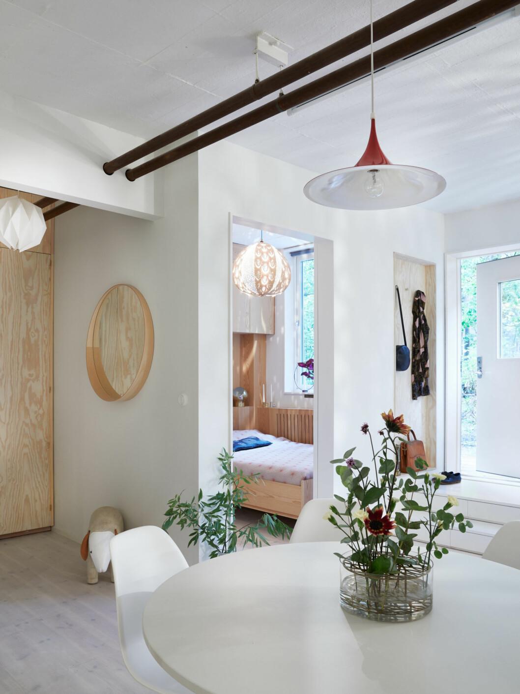 Belysning, bord och ljusa kulörer i lägenheten i Stockholm